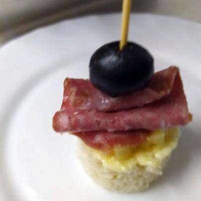 Канапе с салями (салями, масло, сыр, оливка)