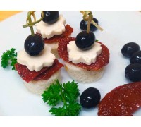 Канапе (адыгейский сыр, вяленый томат, маслина)