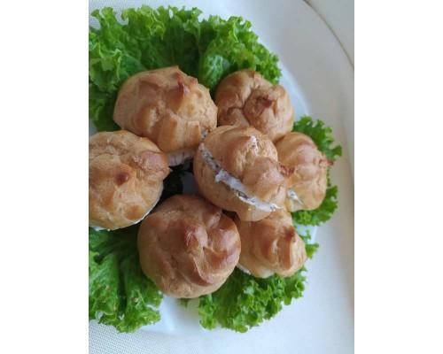 Профитроли с салями, сырной закуской и укропом