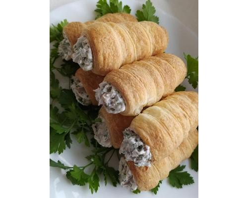 Трубочки слоеные с крабовыми палочками, сырной закуской и укропом
