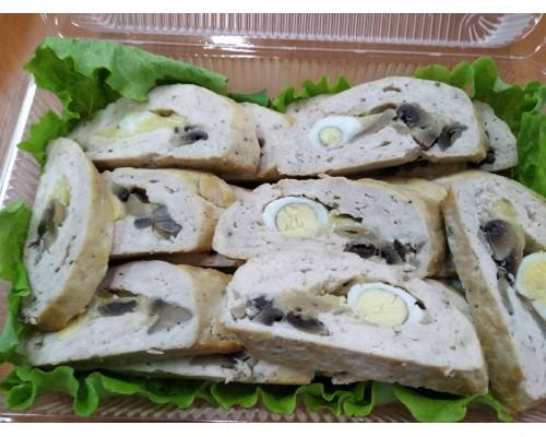 Рулет из курицы с перепелиными яйцами и грибами