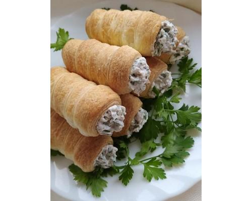 Трубочки слоеные с малосольным лососем, сырной закуской и укропом