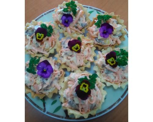 Тарталетка с салатом из лосося и свежего огурца